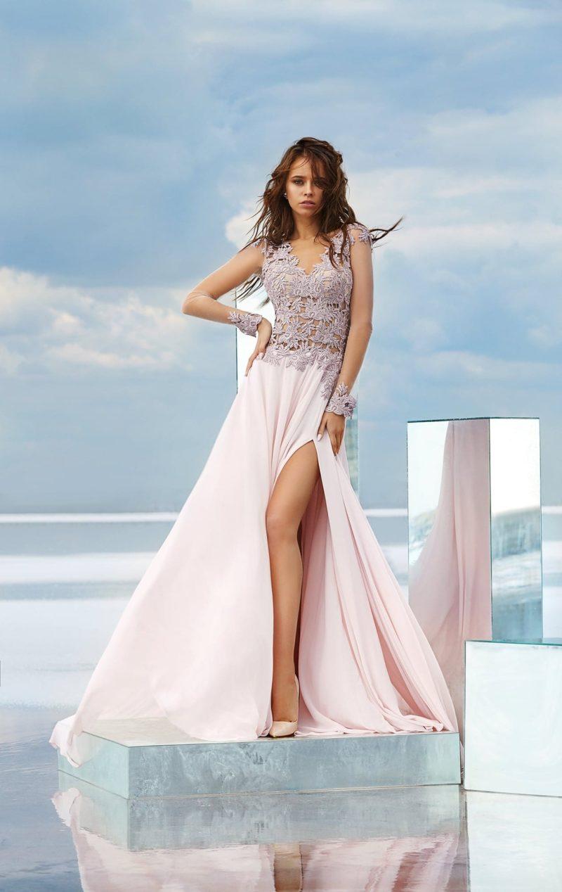 Прямое вечернее платье розового цвета с прозрачным рукавом и открытой спинкой.