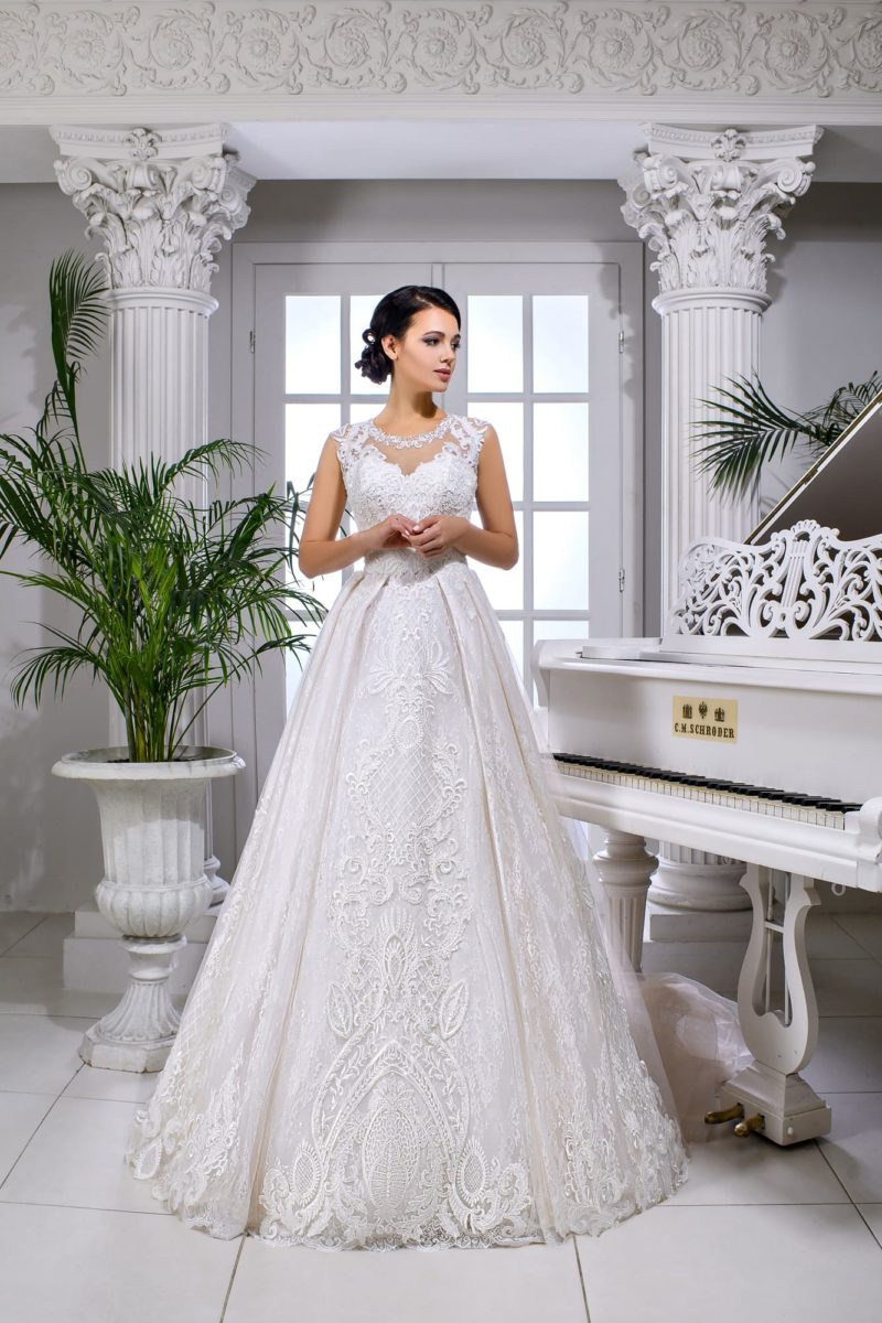 Свадебное платье с роскошной кружевной отделкой и многослойной юбкой.