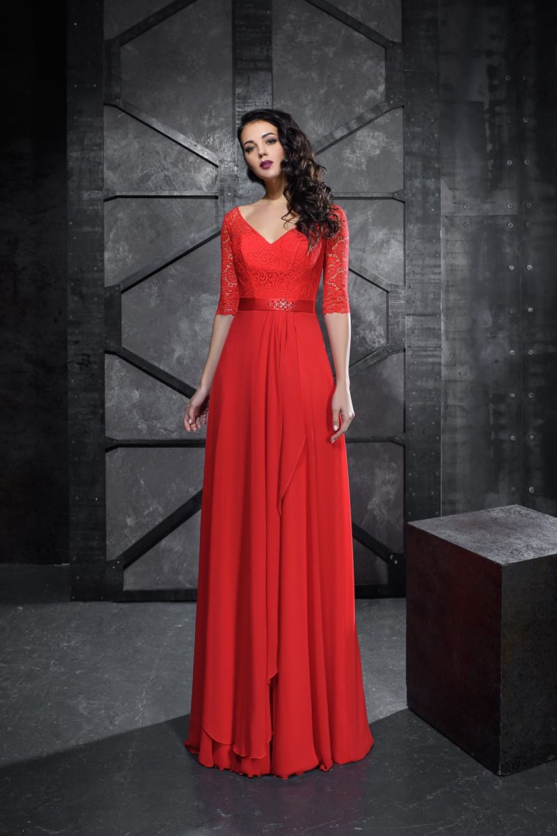 Прямое вечернее платье алого цвета с кружевным рукавом до локтя.