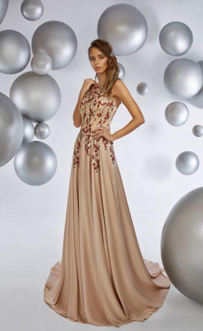 Прямое вечернее платье бежевого цвета, декорированное по верху вышивкой.