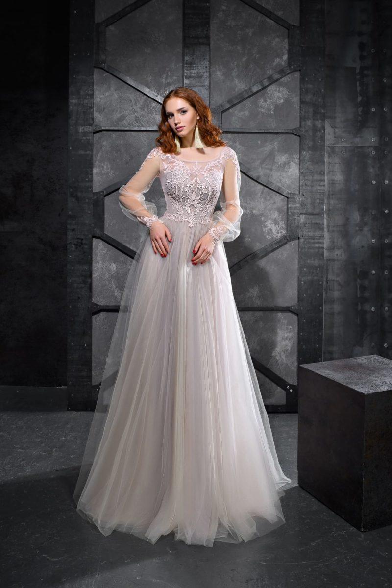 Серое вечернее платье с кружевом на корсете и длинным широким рукавом.