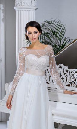 Романтичное свадебное платье с длинным рукавом и широким атласным поясом.