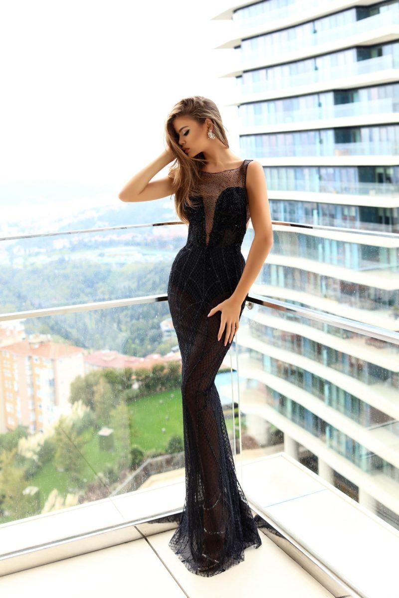 Черное вечернее платье из тонкой ткани, с открытой спинкой и вставкой над лифом.