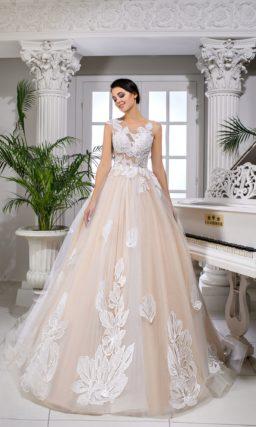 Пышное свадебное платье персикового оттенка с крупным белым декором.