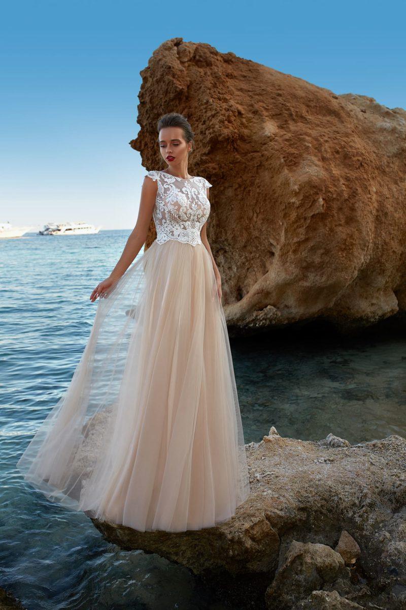 Бежевое свадебное платье с белым кружевным верхом.