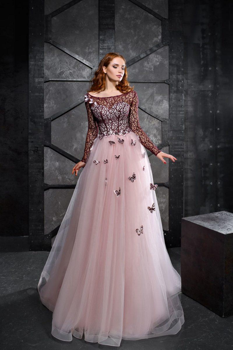 Вечернее платье с пышной розовой юбкой и бордовым кружевным верхом.