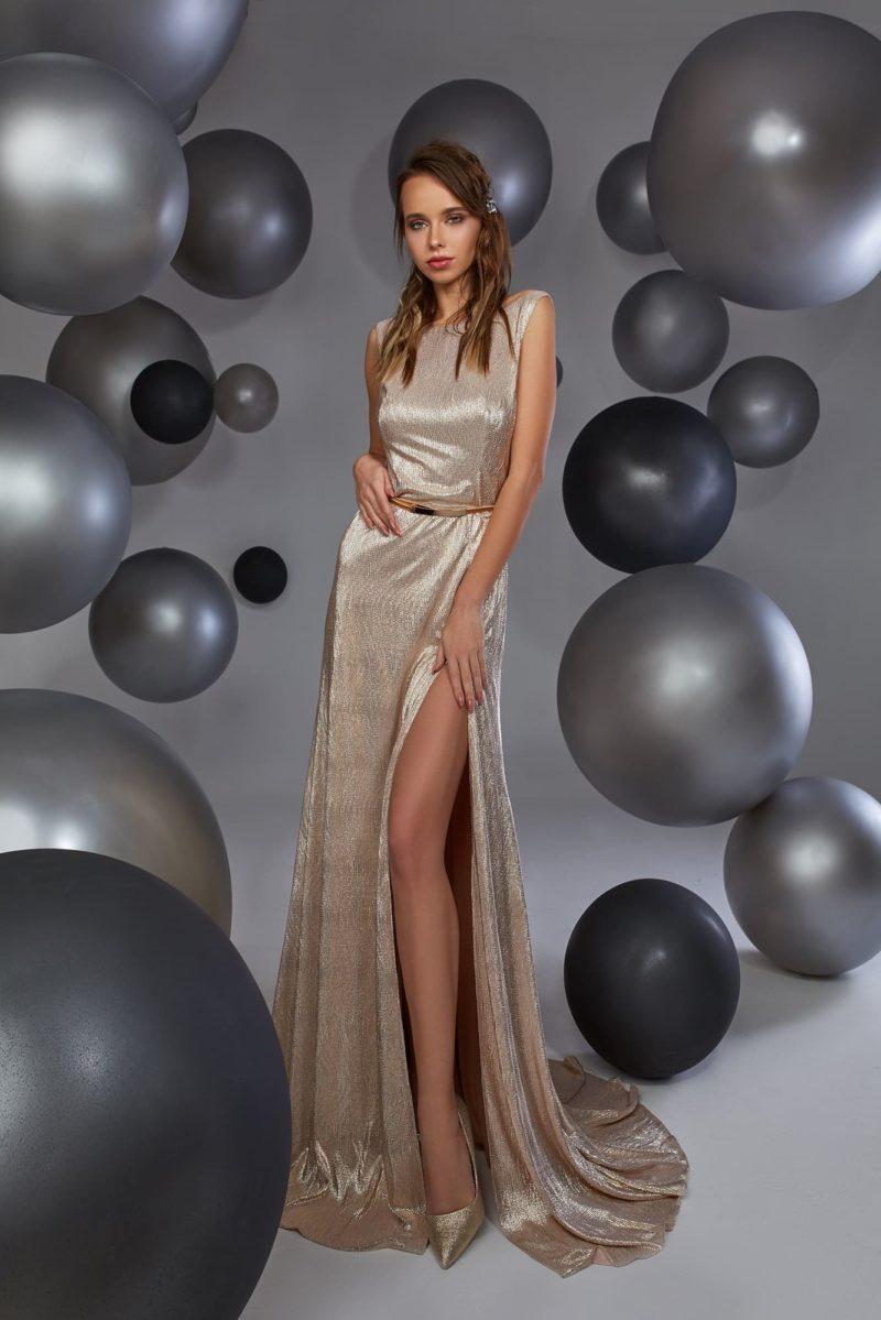 Золотистое вечернее платье прямого кроя с потрясающим вырезом на спинке.