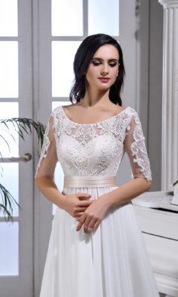 Свадебное платье в ампирном стиле, с прозрачным рукавом до локтя.