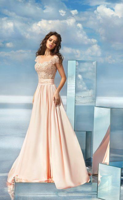 Розовое вечернее платье с кружевным верхом и широким поясом на талии.