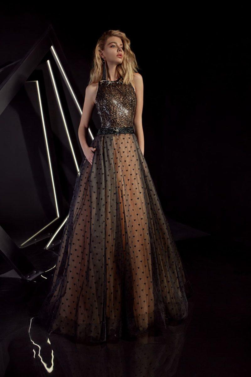 Вечернее платье с американской проймой и золотистыми пайетками на лифе.