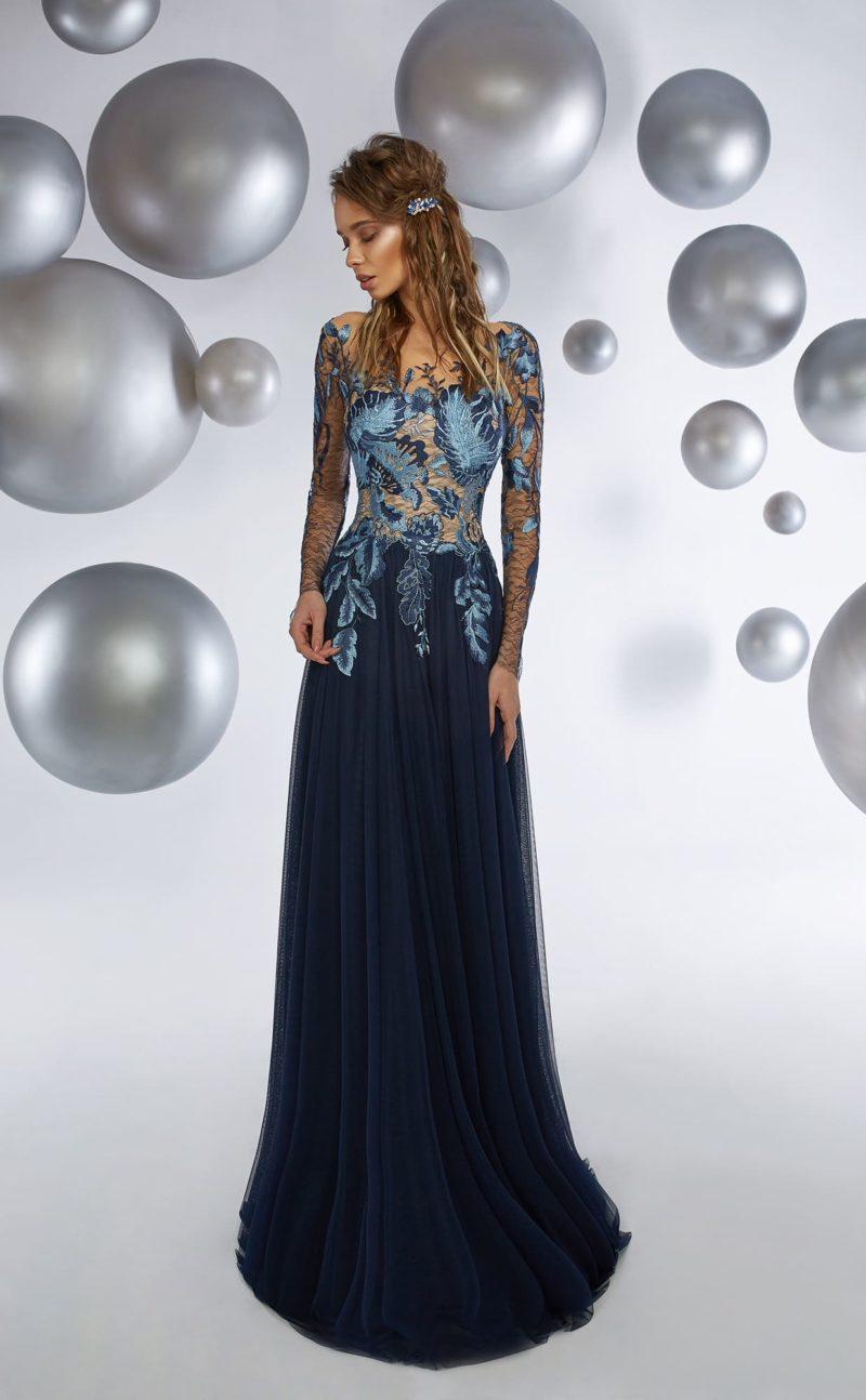 Прямое вечернее платье с темно-синей юбкой и верхом с длинным рукавом.