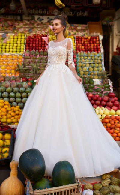 Пышное свадебное платье с рукавом три четверти и аппликациями.