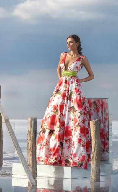 Вечернее платье с широким поясом и выразительным цветочным рисунком.