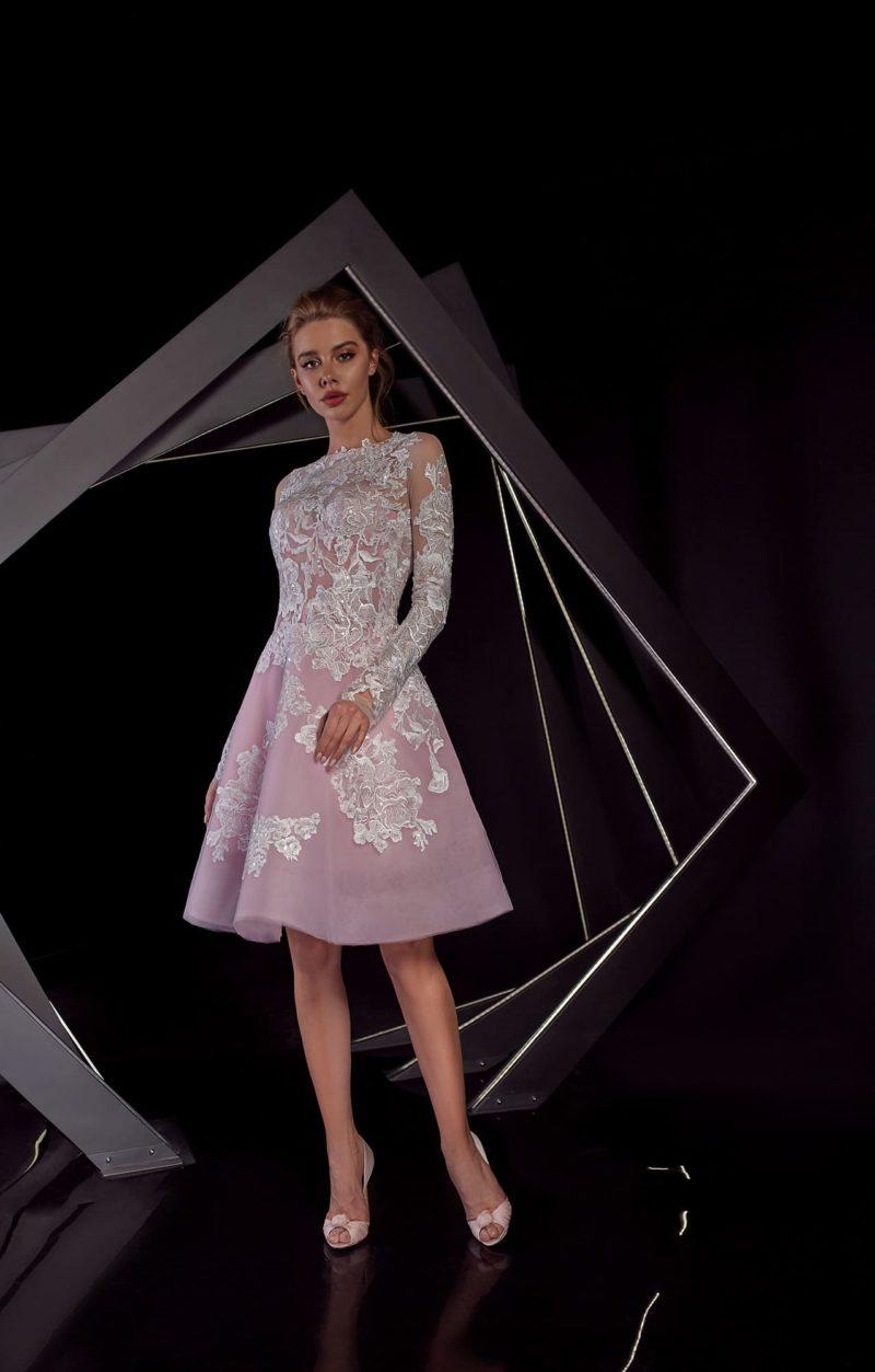 Розовое вечернее платье с роскошным кружевным декором и длинным рукавом.