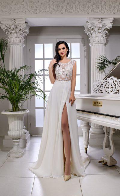 Свадебное платье прямого кроя с полупрозрачным верхом с кружевом.
