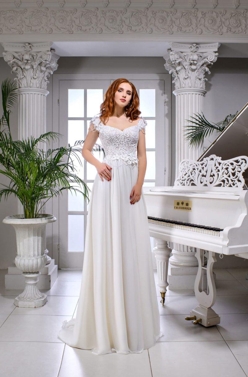 Свадебное платье с прямым силуэтом и открытым верхом.