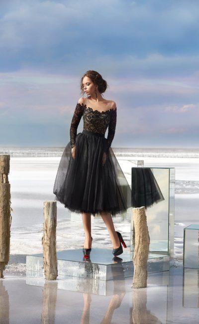 Черное вечернее платье с кружевным верхом и пышной юбкой до колена.