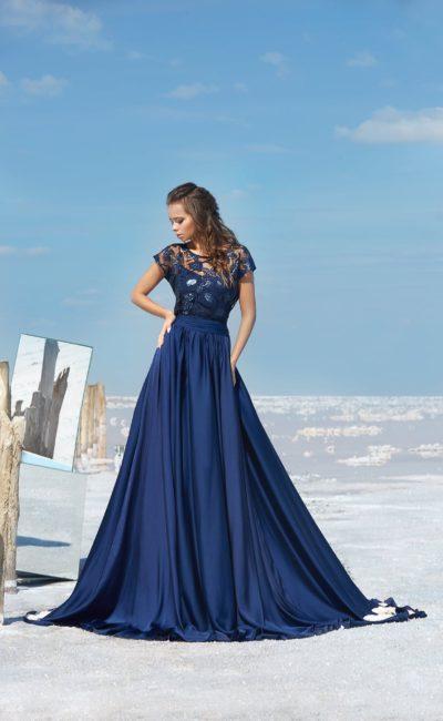 Темно-синее вечерее платье с полупрозрачным верхом и юбкой в пол.