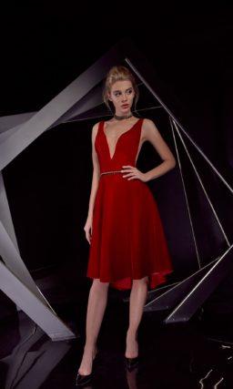 Алое вечернее платье с глубоким декольте и юбкой длиной до колена.