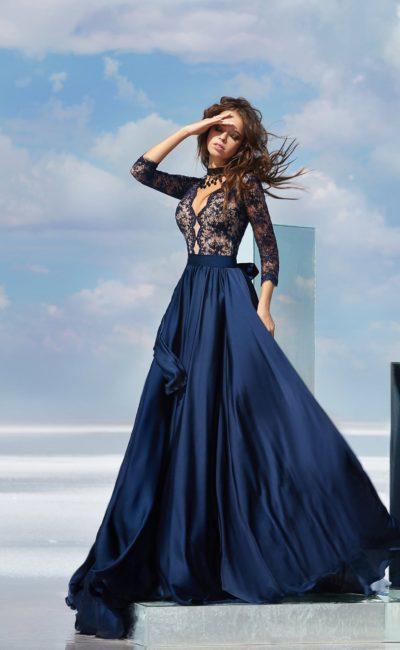 Темно-синее вечернее платье с кружевным верхом и широким поясом на талии.