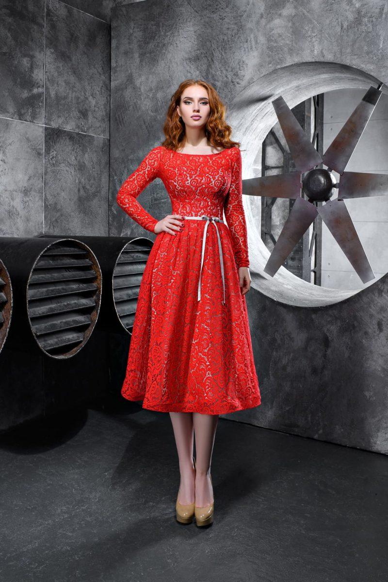 Алое вечернее платье с длинным кружевным рукавом и юбкой миди.
