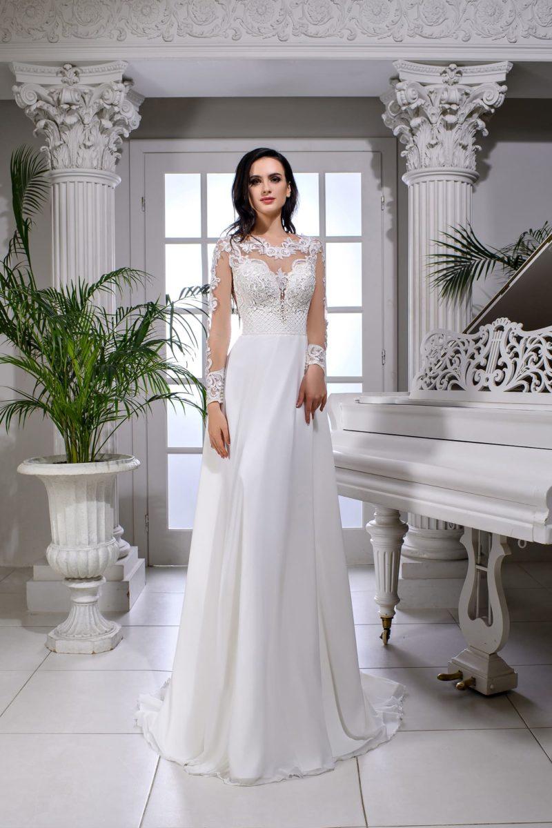 Свадебное платье с длинным рукавом и кружевным декором верха.