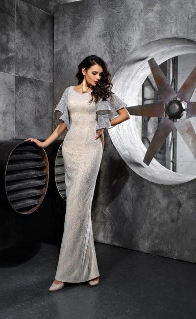 Серое вечернее платье прямого кроя с пышными рукавами.