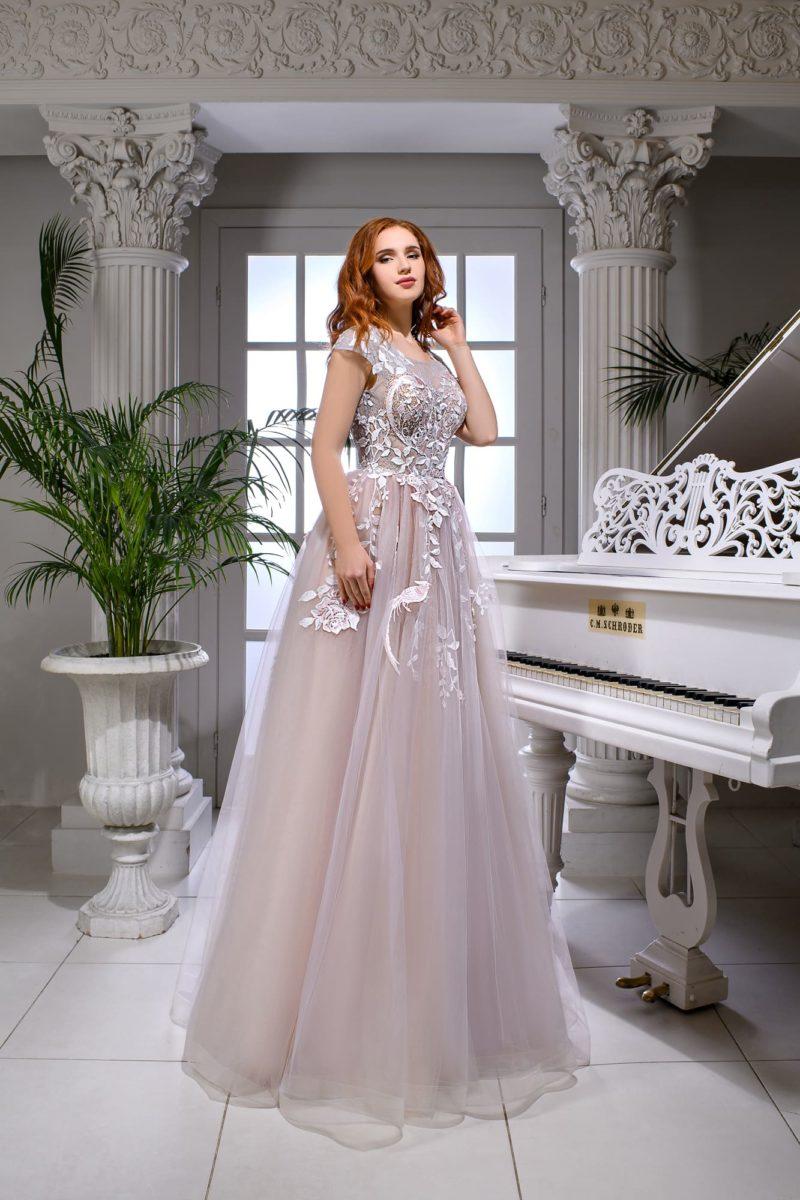 Розовое свадебное платье с изящными аппликациями и открытой спинкой.