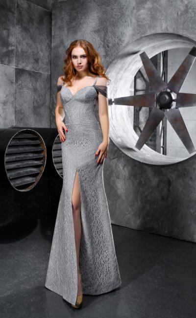 Облегающее серое вечернее платье с открытым верхом и кружевной отделкой.