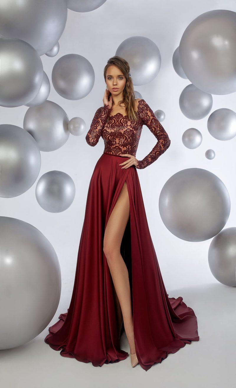 Бордовое вечернее платье с изящным кружевным верхом с длинным рукавом.
