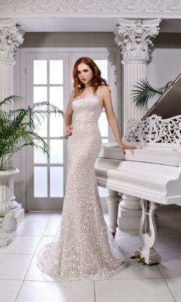 Свадебное платье пудрово-розового оттенка с глубоким вырезом сзади.