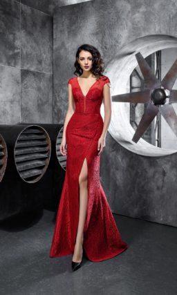 Алое вечернее платье длиной в пол с открытым лифом и небольшим шлейфом.