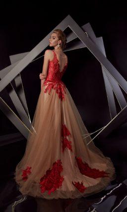 Бежевое вечернее платье с открытым верхом и отделкой алым кружевом.