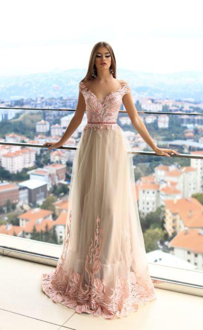 Розовое вечернее платье прямого кроя с аппликациями и V-образным декольте.