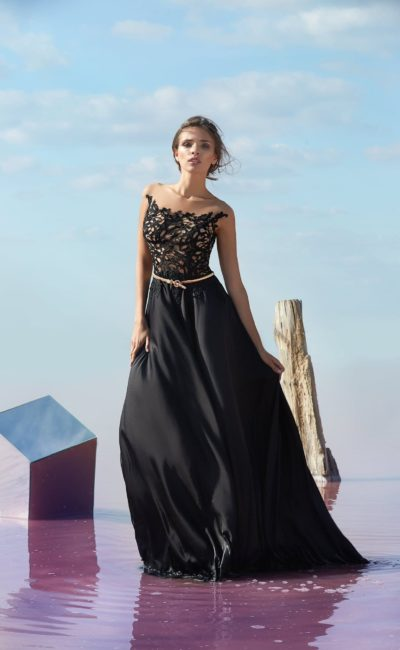 Черное вечернее платье с кружевным верхом на подкладке в тон кожи.