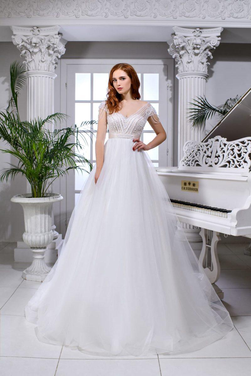 Пышное свадебное платье с атласным поясом с бисером.