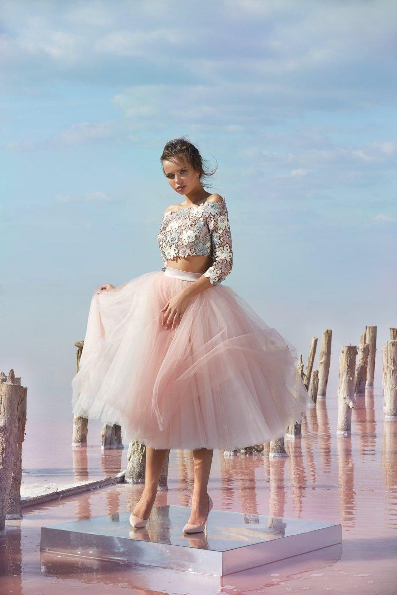 Розовое вечернее платье с укороченным топом и пышной юбкой.