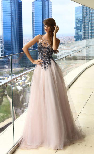 Торжественное вечернее платье с сияющей отделкой и розовой юбкой.