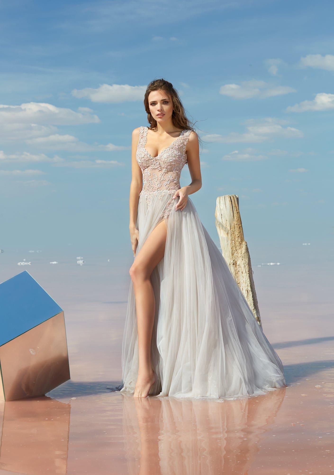 7e1d9a406d12d4d Прямое вечернее платье с полупрозрачным лифом и юбкой с высоким разрезом.