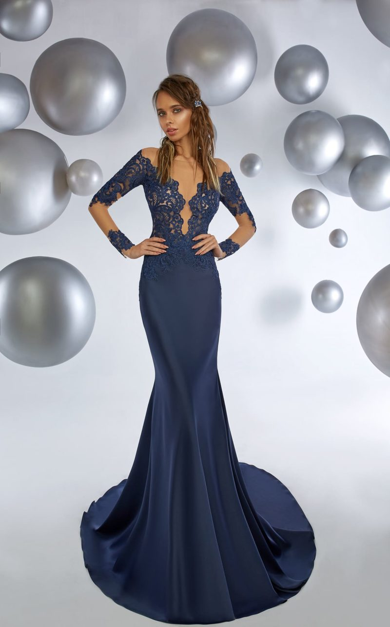Темно-синее вечернее платье «русалка» с длинным полупрозрачным рукавом.