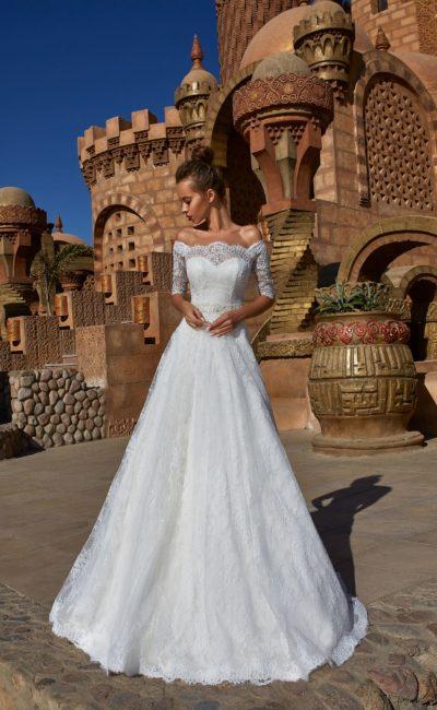 Женственное свадебное платье с фигурным вырезом и облегающим рукавом.