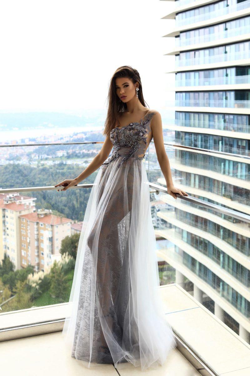 Прямое вечернее платье с асимметричным верхом и полупрозрачной юбкой.