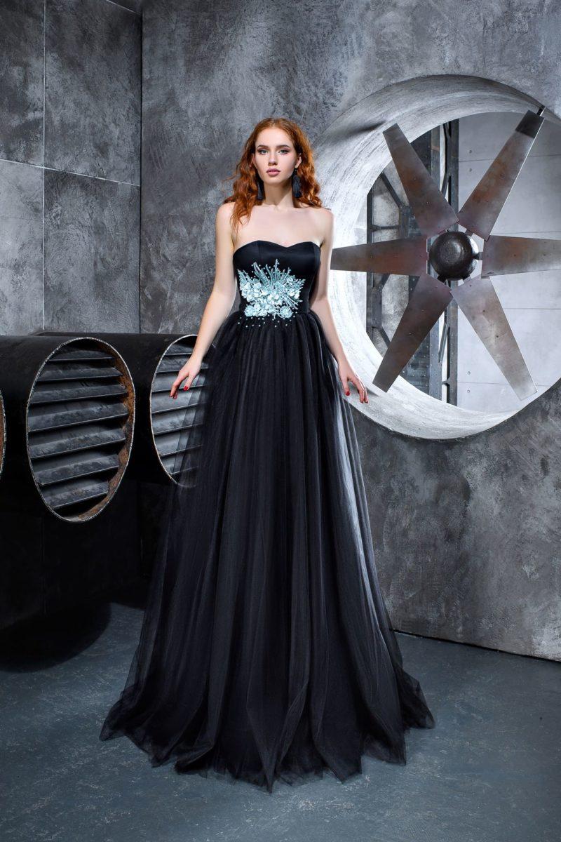 Черное вечернее платье с открытым лифом и голубой вышивкой.