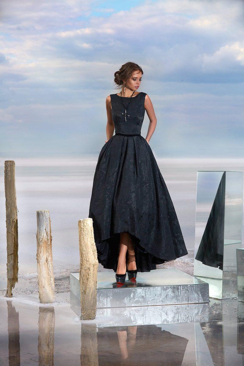Черное вечернее платье с открытой спинкой и укороченным спереди подолом.