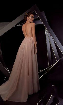 Бежевое вечернее платье с глубоким V-образным вырезом и открытой спинкой.