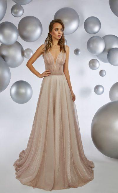 Бежевое вечернее платье с глубоким V-образным вырезом и шлейфом.
