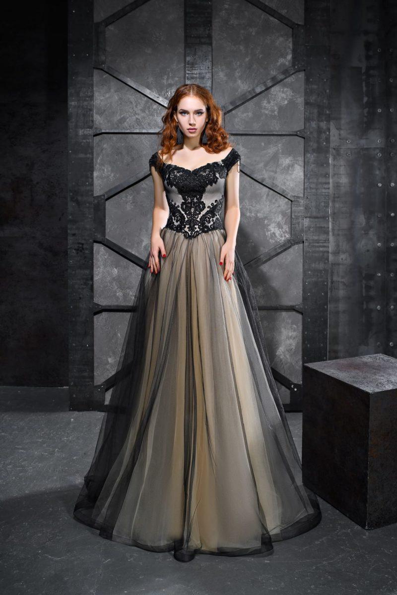 Черное вечернее платье пышного силуэта со светлой подкладкой.