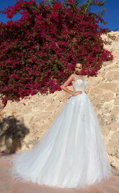 Воздушное свадебное платье с кружевными аппликациями по верху.