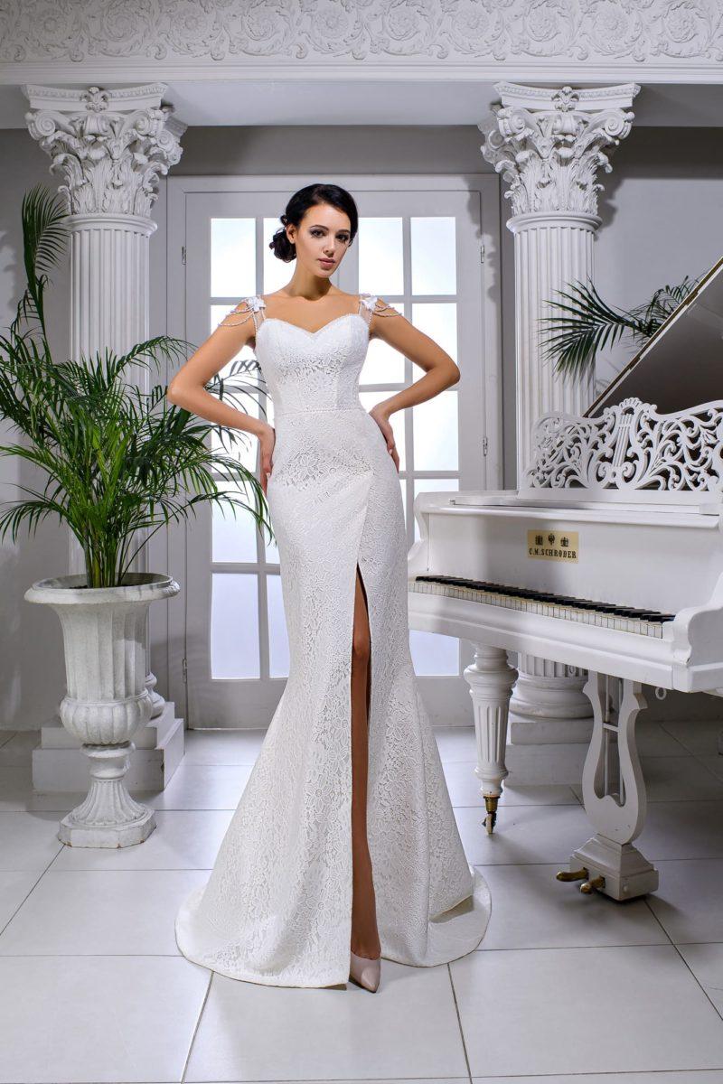 Кружевное свадебное платье с глянцевой подкладкой и силуэтом «русалка».