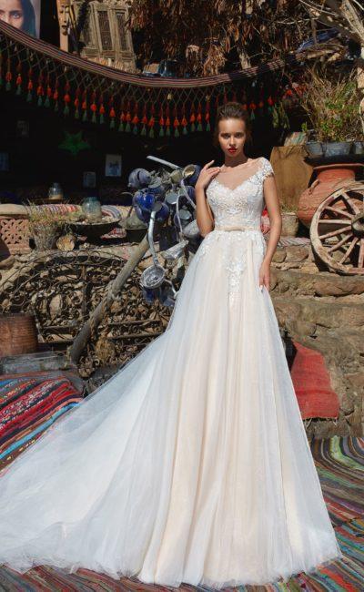 Свадебное платье с элегантным силуэтом и V-образными вырезами.